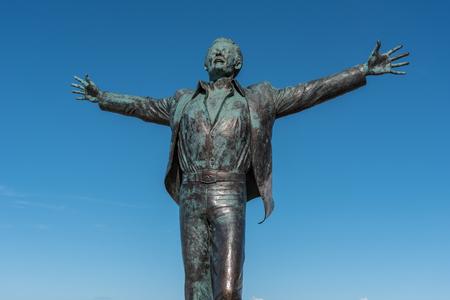 cosa: Domenico Modugno Statue at Polignano a Mare in Puglia, Italy