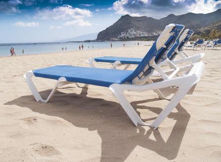 Urlaub Konzept: Strandk�rbe auf wei�em Sand am Ufer des Ozeans Lizenzfreie Bilder