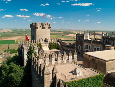 Blick auf Turm und Innenraum des Schlosses von Almodovar del Rio, Andalusien, Spanien