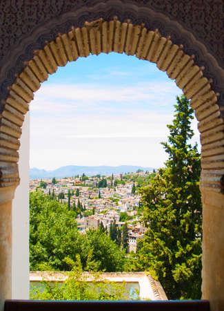 Ansicht von Granada, Spanien vom maurischen Fenster Alhambra