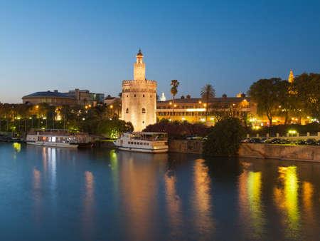 セビリア、アンダルシア、スペイン夜グアダルキビル川の上の黄金の塔 (トッレ ・ デル ・ オロ) の表示