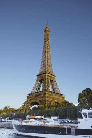 Eiffel Tower, Paris, bei Sonnenuntergang ab Seine Fluss gesehen Lizenzfreie Bilder