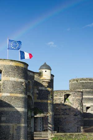 Towers des Schlosses von Angers unter Regenbogen, Frankreich und EU Banner