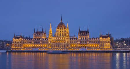 Budapest, Hungarian Parliament Building bei Sonnenuntergang