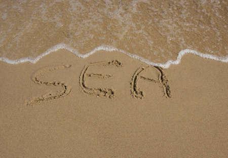 Meer auf Sand Urlaub Konzept geschrieben