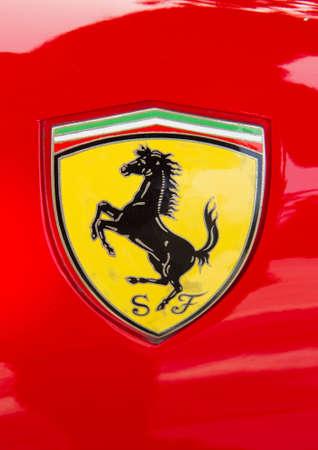 PUERTO DE LA CRUZ - 14. Juli: Das Cavallino Rampante, das Symbol der Ferrari auf rotem Luxus-Auto bei der Er�ffnung der Exposicion de vehiculos antiguos y clasicos am 14. Juli 2013 in London. Ferrari hat den Cavallino Rampante seit 1929 verwendet.
