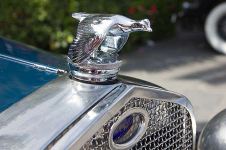 PUERTO DE LA CRUZ - 14. Juli: Das Emblem der Wagen Ford, fliegenden Ente, am 14. Juli 2013 bei Puerto de la Cruz. Ford ist das �lteste US-amerikanische multinationale Unternehmen Automobilbau. Editorial