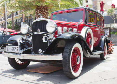 PUERTO DE LA CRUZ - 14. JULI: 1930 Chevrolet Universal-viert�rige Limousine auf Stadt Boulevard, am 14. Juli 2013 bei Puerto de la Cruz. Chevrolet ist klassisches amerikanisches Auto. Editorial