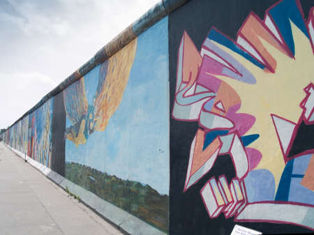 BERLIN - 29. Mai: East Side Gallery Berlin Graffiti auf 29. Mai 2013 in Berlin. Es ist ein 1,3 km langer Teil original Berliner Mauer, ber�hmte Denkmal.