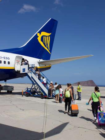 TENERIFE - 16. Juli 2014: Pass?ngers Einsteigen Ryanair-Flug, am 16. Juli 2014 in Teneriffa. Ryanair ist gr��te Budget Low-Cost-Airline der Welt.