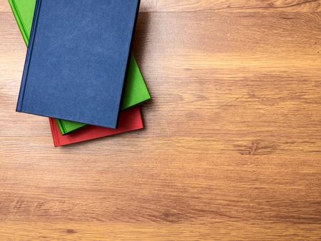 note book: Vista superiore sulla pila di libri che giace sul tavolo