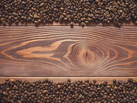 multiplicar: Multiplicar los granos de café sobre la mesa de madera. Vista superior Foto de archivo