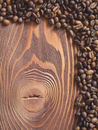 multiply: Multiplicar los granos de caf� sobre la mesa de madera. Vista superior Foto de archivo