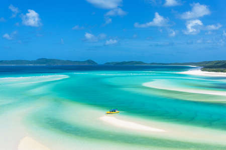 熱帯の島のビーチで明るい黄色のボート。丘入口、ウィット サンデー諸島。クイーンズランド州、オーストラリア