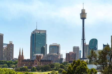 晴れた日にセント メアリーズ大聖堂とシドニー タワー、シドニー都市の景観 写真素材 - 78165021