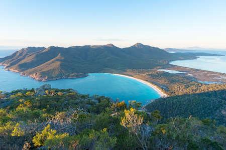 Vista aérea de la pintoresca playa y las montañas en la mañana soleada. Parque Freycinet, Tasmania. Australia