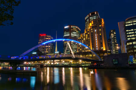 Melbourne Southbank river view with pedestrian bridge at night Editöryel