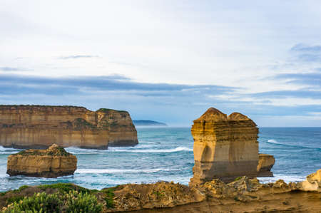 Impressive rock formations, natural landmarks along Australian coastline. Nature background 免版税图像