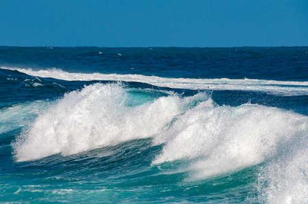 Zeegezicht met massieve golf met de witte achtergrond van de schuimaard, textuur