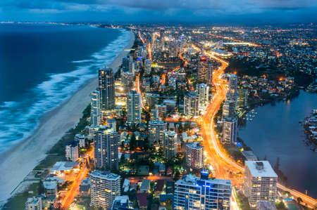 Luftaufnahme von Surfers Paradise in Gold Coast, Australien bei Nacht Standard-Bild
