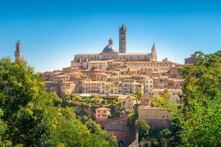 Siena typisch italienische mittelalterliche Stadt auf einem Hügel mit Blick auf die antike Architektur und die Duomo-Kirche von Siena. Sommerurlaub in Italien
