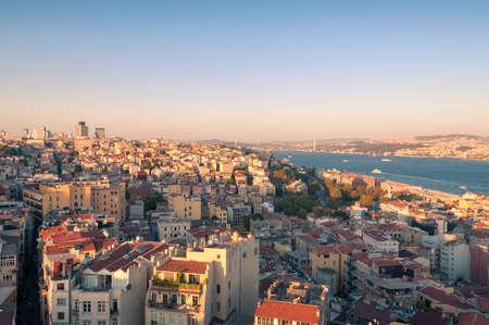 Istanbul-Luftstadtbild mit Blick auf den Bosporus bei Sonnenuntergang. Truthahn Standard-Bild