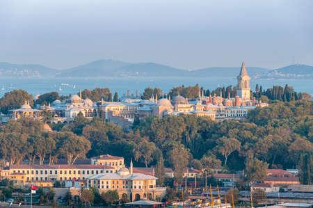 Istanbul-Luftstadtbild mit Bosporus, historischen Wahrzeichen und Bergen in der Ferne