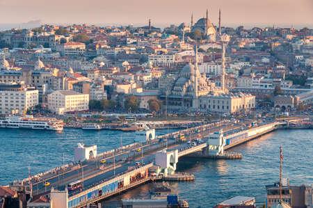 Schönes Sonnenuntergangluftstadtbild des historischen Zentrums von Istanbul mit Galata-Brücke und Moscheen. Istanbul, Türkei Editorial