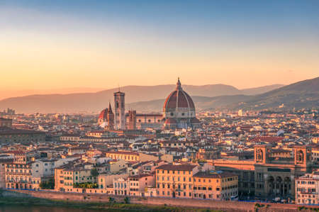 Sunset view of Florence cityscape with Santa Maria del Fiore Duomo, Cathedral landmark. Firenze rooftops with beautiful light. European tourism panorama background Redactioneel