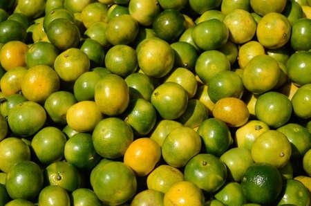 Mandarine verte au marché des fruits Banque d'images - 38604015