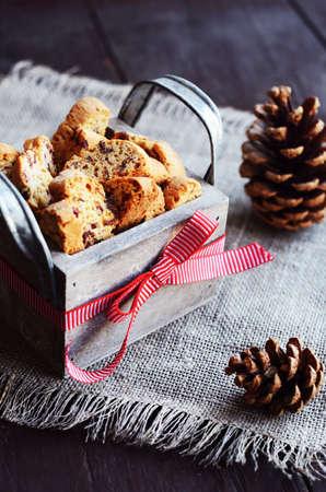 comida italiana: biscotti de ar�ndano en caja decorativa de lino servilleta en la mesa de madera oxidado Foto de archivo