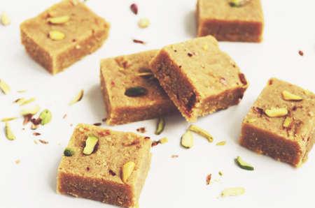 garbanzos: Hecho en casa barfi coco besan, tradicional indio dulce hecho de copos de coco, harina de garbanzos y rematado con pistachos Foto de archivo