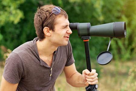 男は誰が見てスポッティング スコープ正男、望遠鏡を通して見る