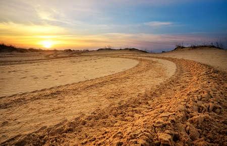 Motocross en auto sport track met zonsondergang hemel achtergrond.