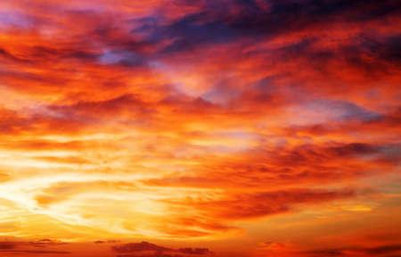 燃えるようなオレンジ色の夕焼け空 写真素材