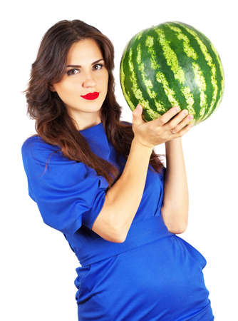 pesantezza: Beautiful attractive girl holding heavy watermelon. Beautiful young woman with juicy watermelon over white background