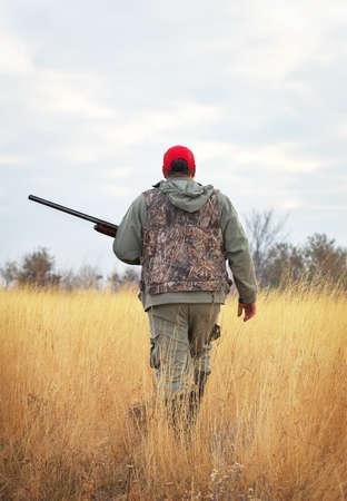 the hunter: Hunter se mueve con la escopeta en busca de presas. Cazador con un arma de fuego. A la caza de la liebre