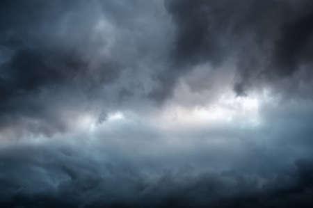 Dramatische Himmel mit dunklen Wolken