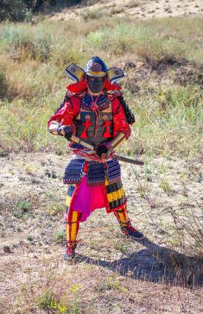 Männer in Samurai-Rüstung mit Schwert. Original-Charakter