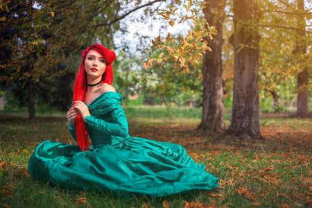 秋の森の美しいドレスでかわいい女の子。コスプレ祭で人魚の文字