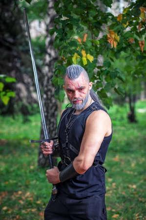 Cosplay Charakter. Starker Krieger mit einem Schwert in der Hand.