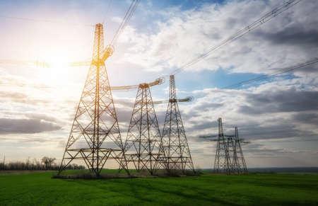 Silhouette Pylônes électriques haute tension. Lignes électriques à haute tension. Poste de distribution d'électricité Banque d'images