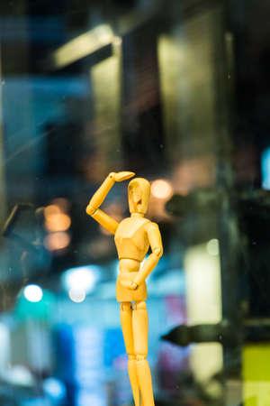 marioneta de madera: Marioneta de madera est� pensando