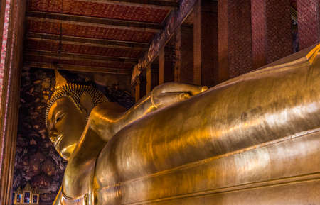 bouddha: Assis bouddhas au temple de Bangkok, Tha�lande.