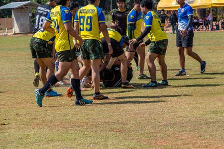 la union hace la fuerza: Khonkaen, Tailandia-Febrero 6: jugadores de rugby identificados en la acción durante el juego de la universidad de Khon Kaen, en el Estadio Universidad de Khon Kaen el 6 de febrero, 2016, Tailandia