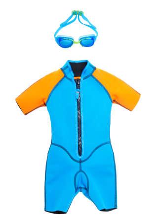 Badeanzug und Schutzbrillen zum Schwimmen isoliert auf einem weißen Hintergrund