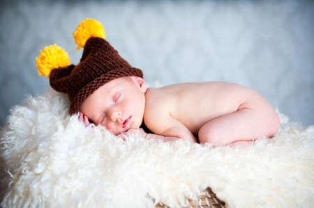 Newborn baby boy sleeping in a blue cap Foto de archivo