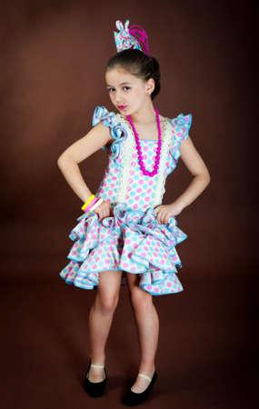 bailando flamenco: Hermosa chica en el baile flamenco vestido nacional
