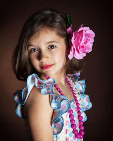 bailando flamenco: Hermosa chica en el vestido nacional de baile flamenco