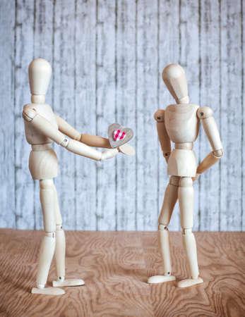 pareja casada: El hombre ofrece su mano y el corazón